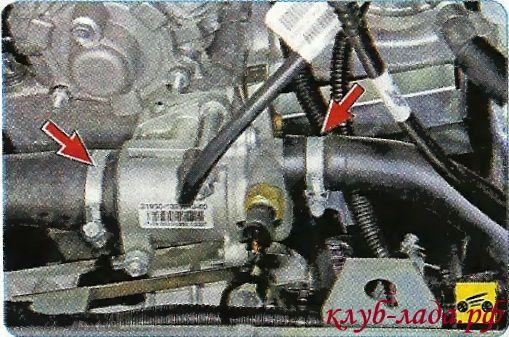 Проверяем надежность соединения шлангов с корпусом термостата