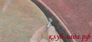 Открутите 2 винта крепления бампера к аркам колес