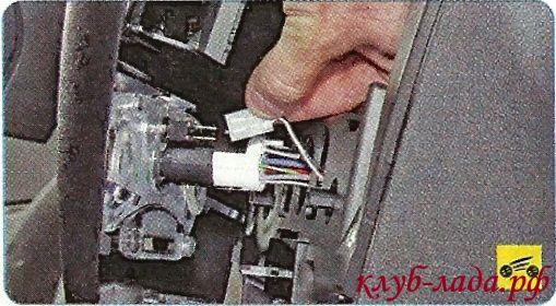 Отключить колодки жгутов, проводов от выключателей, расположенных на накладке
