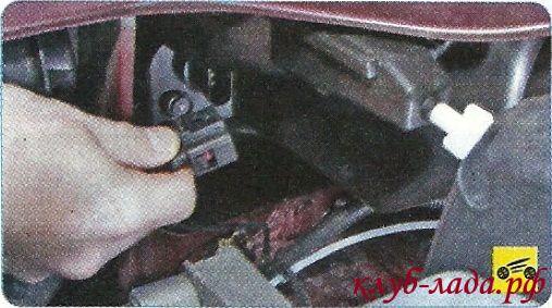Отсоединить фиксатор с колодкой проводов от патрона лампы дневного ходового огня