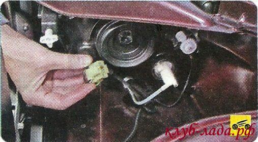 Отсоединить колодку жгута проводов от лампы