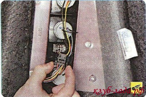 Отсоединить колодку жгута проводов от заднего фонаря