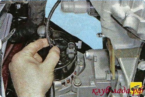 Отсоедините колодку жгута проводов от генератора