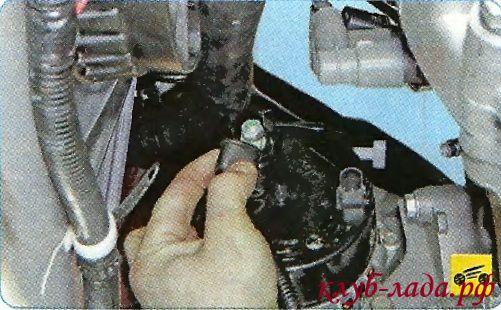 Откиньте защитный колпачок гайки крепления силового провода