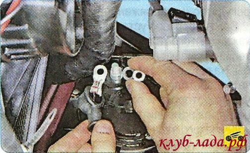 Снимите провод с контактного болта генератора.