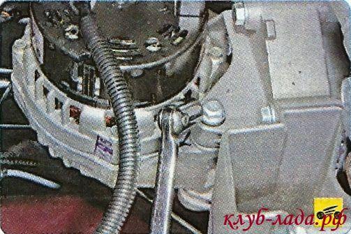 Выверните болт нижнего крепления генератора