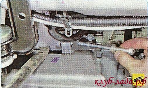 Монтажной лопаткой отожмите генератор от двигателя