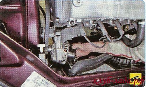 Сместите генератор в сторону правого брызговика
