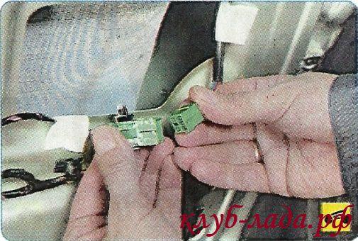 Разъединить колодку с проводами электропривода зеркала