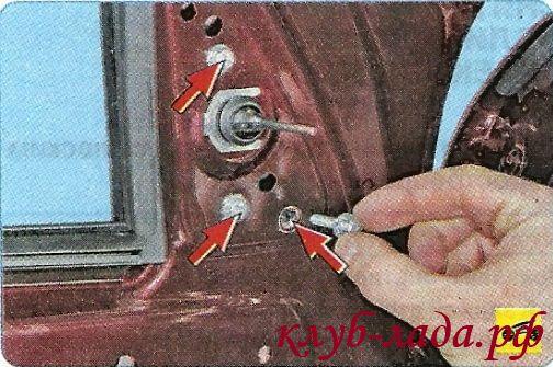 Вывернуть 3 винта крепления зеркала к каркасу двери