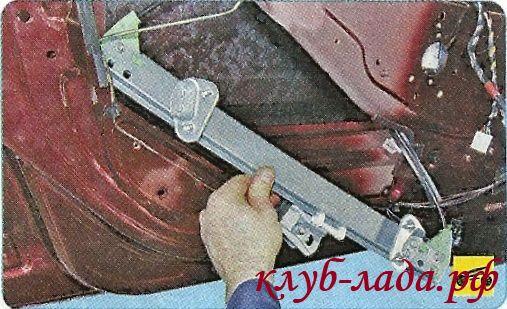 Снять механизм стеклоподъемника в сборе с моторедуктором их полости двери