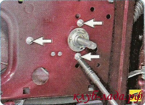 Отвернуть 3 гайки крепления механизма стеклоподъемника к внутренней панели двери