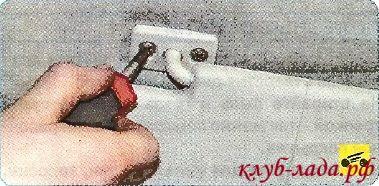 Вывернуть вент крепления кронштейна противосолнечного козырька