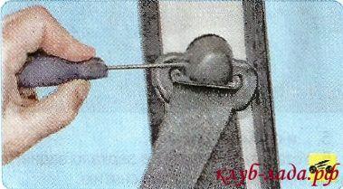 снять пластиковую заглушку болта верхнего крепления ремня безопасности
