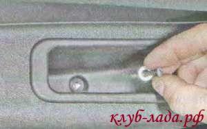 Откручиваем винт крепления обивки внутри кармана двери