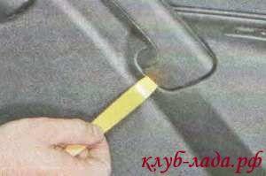 Поддеваем накладку ручки двери плоской отверткой