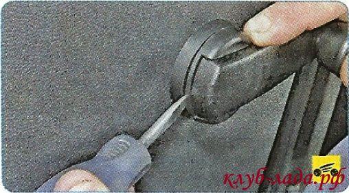 Тонкой плоской отверткой отжимаем фиксатор ручки стеклоподъемника