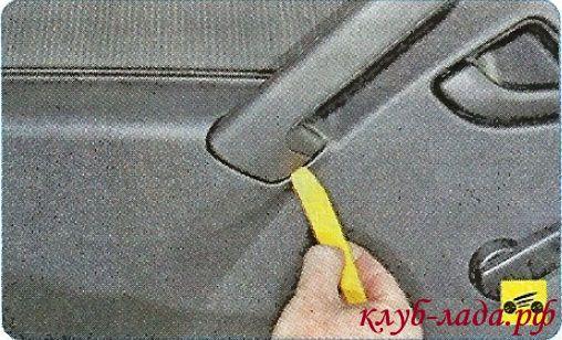 Поддеваем ломаткой или прямой отверткой накладку ручки задней двери