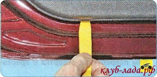 Вставляем длинную шлицевую отвертку между обшивкой и дверью
