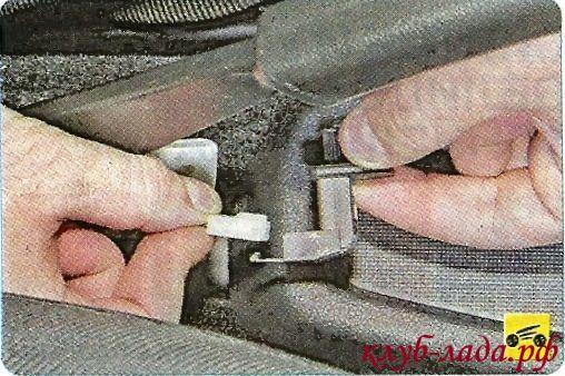Снять концевик ручного тормоза, отсоединим от него колодку с проводами