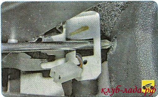 вывернуть винт крепления задней части облицовки тоннеля