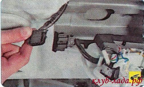 Разъединить колодки с проводами, снять корпус плафона.