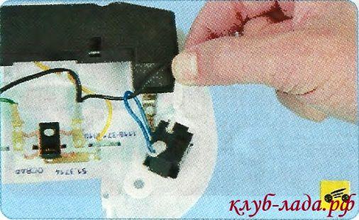 Отсоединить клеммы с проводами от выводов неисправного выключателя.