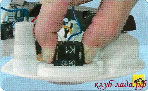 Нажать на пластиковые фиксаторы выключателя.