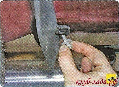 Вывернуть винт заднего крепления брызговика к кузову
