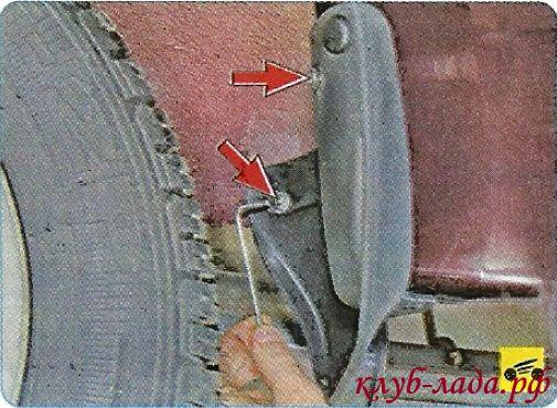 Вывернуть два винта переднего крепления