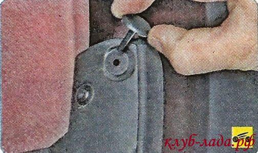 Снять распорный штифт пистона, поддев его отверткой