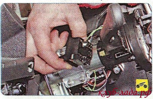 Отсоединить колодку жгута проводов от подрулевого переключателя