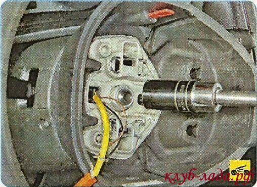 Ослабьте затяжку гайки крепления рулевого колеса