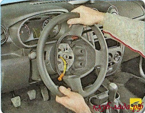 сбейте рулевое колесо со шлицев рулевого вала