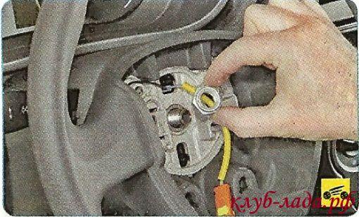 Окончательно отверните гайку крепления рулевого колеса