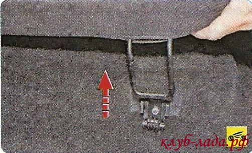 Выведите петли подушки из держателей на кузове