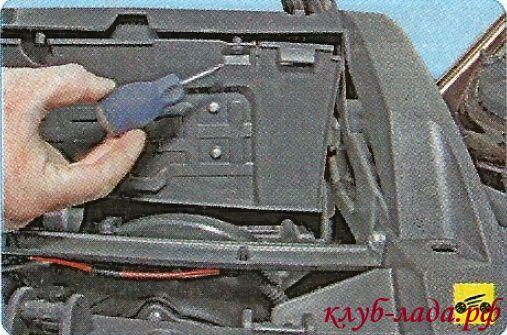 вывернуть винты крепления внутреннего щитка бардачка
