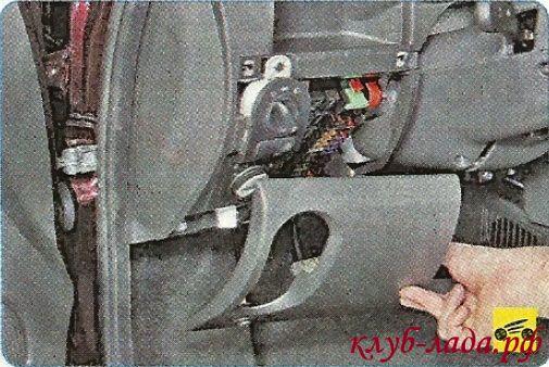 демонтировать крышку блока предохранителей
