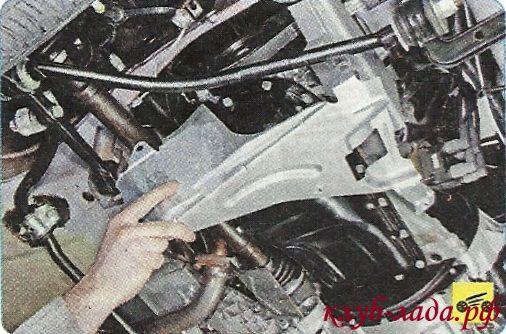 Снять боковой брызговик двигателя