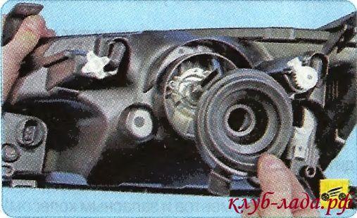 Снять резиновый уплотнитель фары