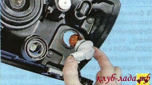Снять патрон лампы указателя поворотов