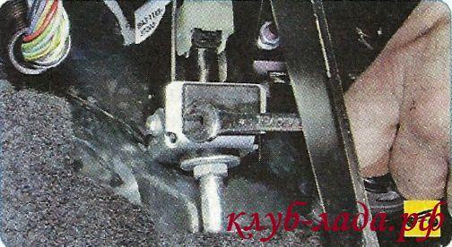 Открутить гайку крепления упора оболочки троса к кронштейну педалей гранты