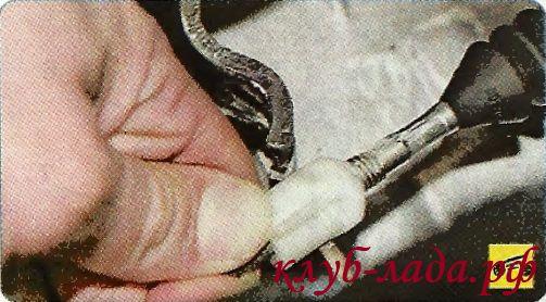 Вывести наконечник из паза вилки выключения сцепления гранты