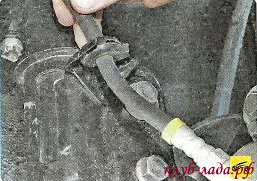 Вытащить тормозной шланг из кронштейна на стойке гранты