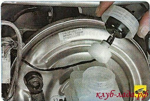 Отвернуть пробку главного тормозного цилиндра