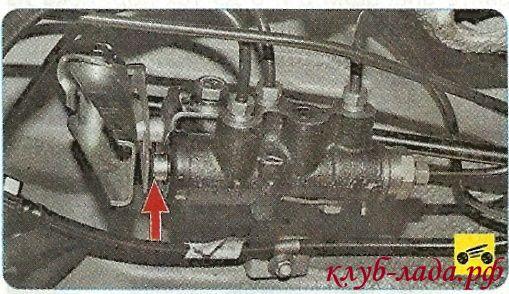 разблокируйте регулятор тормозных сил задних тормозных механизмов