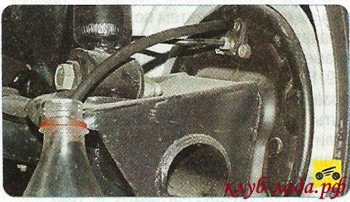 Надеть на штуцер клапана резиновый шланг