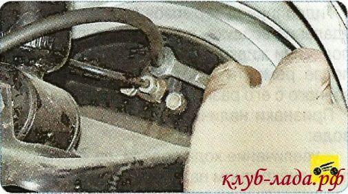 Отвернуть на 0,5-0,75 оборота клапан выпуска воздуха