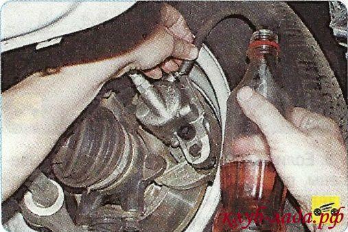 из шланга вытекает тормозная жидкость