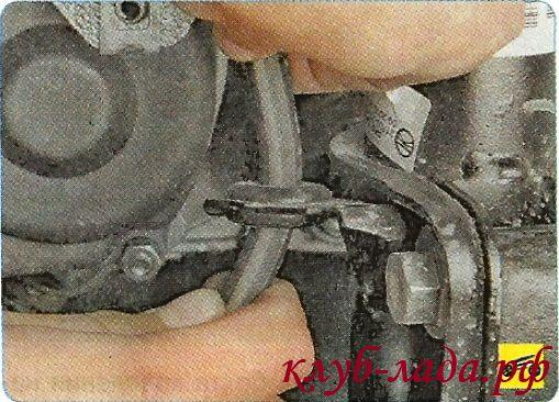 Извлечь держатель тормозного шланга из кронштейна на амортизаторной стойке